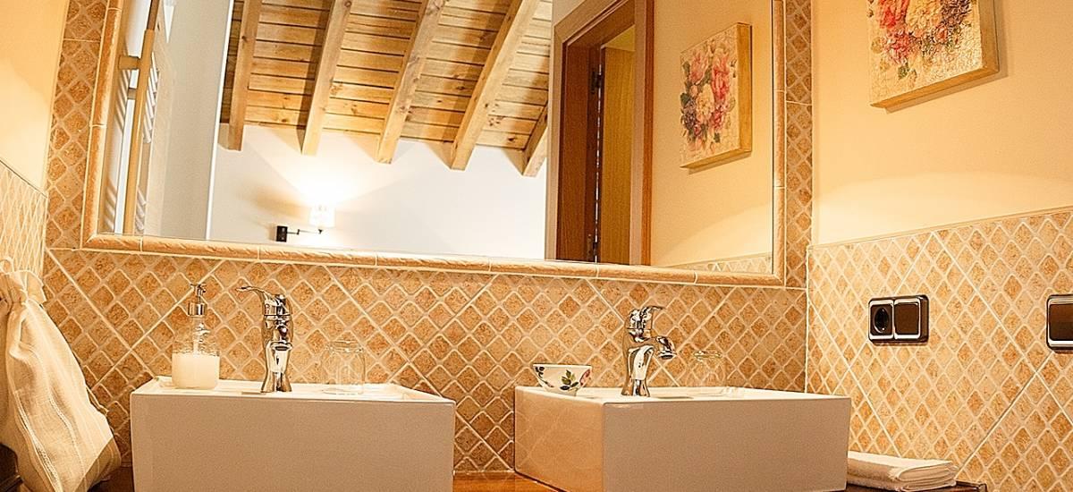 Rusticae Zamora house renting La Galana charming bathroom