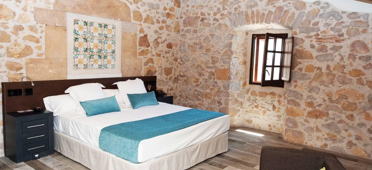 Hotel El Molí de L´Escala cama