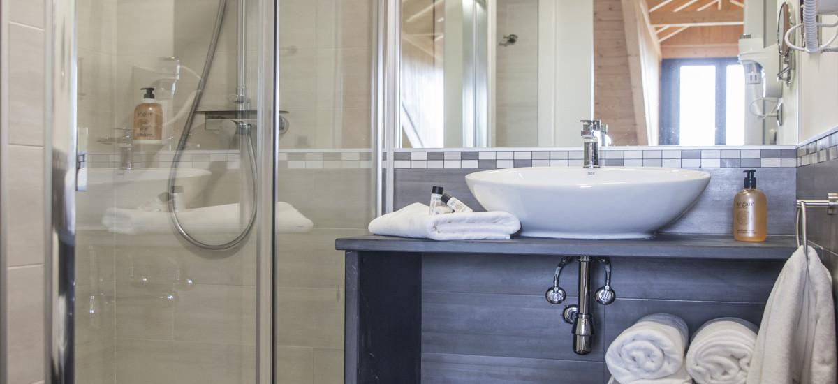 Hotel The Rock Suites & Spa interior baño