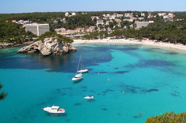 Playas y Calas que ver en Menorca Cala yates aguas cristalinas