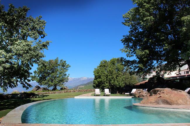 Hotel Nabia, una piscina sobre un mar de nubes
