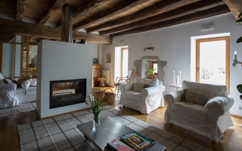 Escapada a  Navarra Casa Rural Azpikoetxea salon chimenea cocina